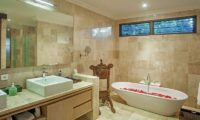 Villa Avalon Bali Romantic Bathtub Set Up, Canggu | 7 Bedroom Villas Bali
