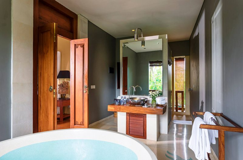 Villa Hansa Bathroom with Bathtub, Canggu | 7 Bedroom Villas Bali