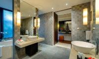 Villa Mandalay Bathroom with Bathtub, Seseh | 7 Bedroom Villas Bali