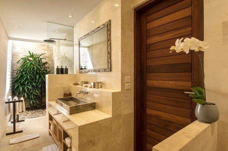 Villa Tiga Puluh Bathroom with Mirror, Seminyak | 7 Bedroom Villas Bali