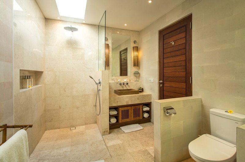 Villa Tiga Puluh Bathroom with Shower, Seminyak | 7 Bedroom Villas Bali